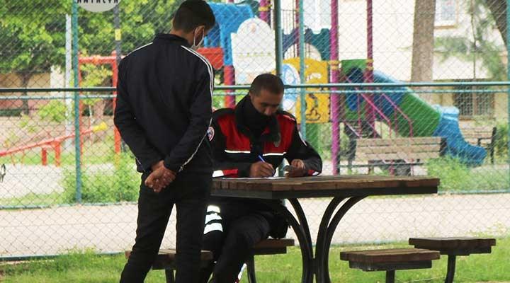 Yasağa rağmen parkta oturanlara önce uyarı sonra 9 bin 450 TLpara cezası